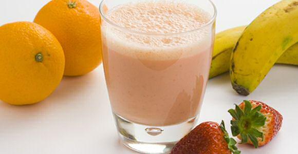 Lekker, gezond en makkelijk smoothie met banaan, sinaasappel en aardbeien