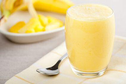Hoe maak je een smoothie met verse banaan en ananas uit blik